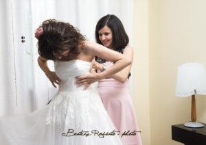 Noemi che aiuta una sposa